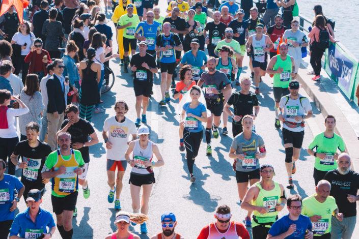 Future marié qui court le Marathon de Paris